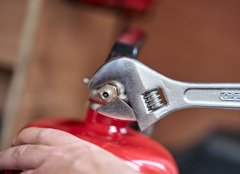 Tightening extinguisher valve